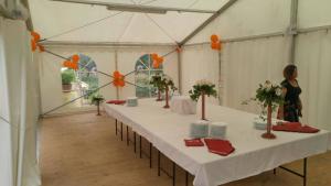 Svedski stol unutar šatora za najam
