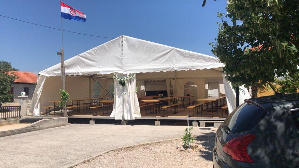 Pogled na šator izvana sa otvorenim rubovima